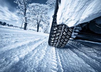 Nahaufnahme von Autoreifen auf Schnee