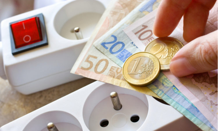 Stromquellen und Euros als Symbol fuer steigende Strompreise