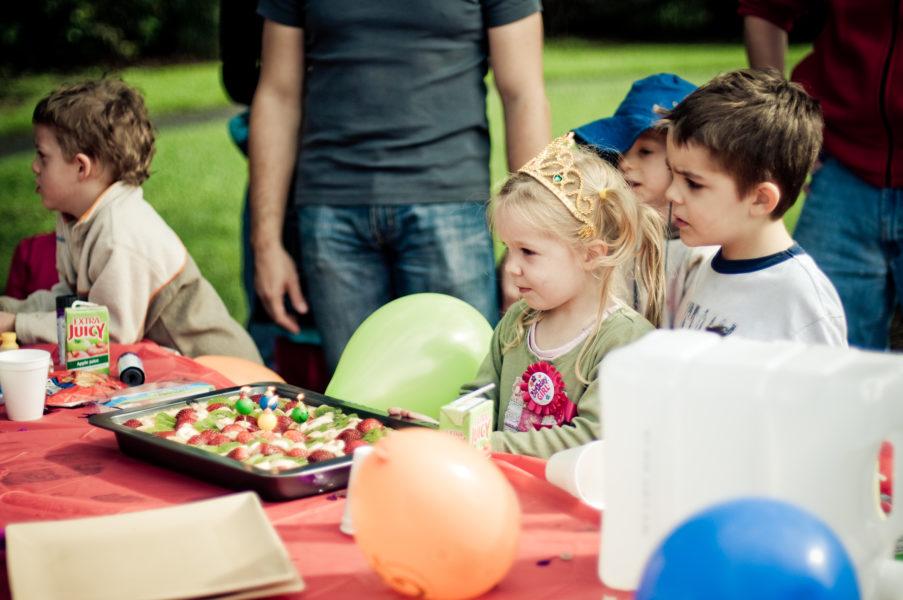 Wie Sie problemlos drei verschieden Kinder-Geburtstagseinladungen basteln können