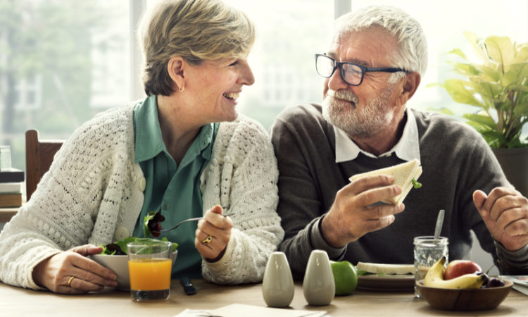Seniorenpaar beim Fruehstueck