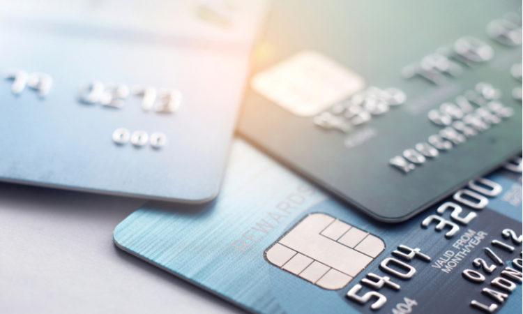 Kreditkarten auf Tisch als Symbol fuer Kreditrechner