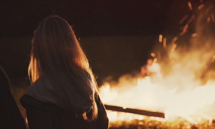 Hexen tanzen in der Walpurgisnacht in den Mai