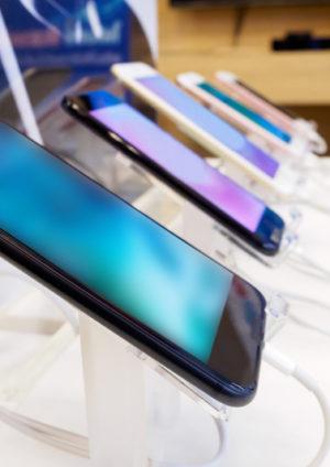 verschiedene Smartphones aufgereiht im Elektronikgeschäft