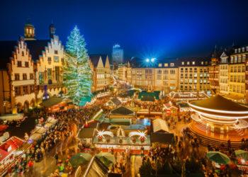 Weihnachtsmarkt in der Frankfurter Altstadt aus der Vogelperspektive mit hell erleuchteten Marktständen
