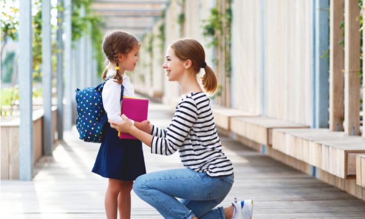 Mutter mit Tochter, die in die Schule geht