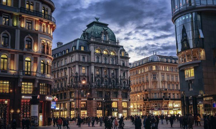 Barocke Häuser und Fußgängerzone in der Innenstadt Wiens