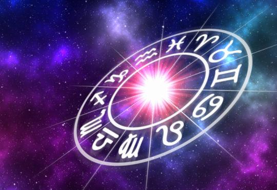 Ring der Tierkreiszeichen vor Galaxie-Hintergrund, was das Horoskop symbolisiert