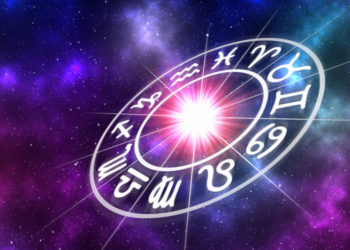 Tierkreiszeichen in einem Kreis vor Weltall-Hintergrund, der Horoskope symbolisiert