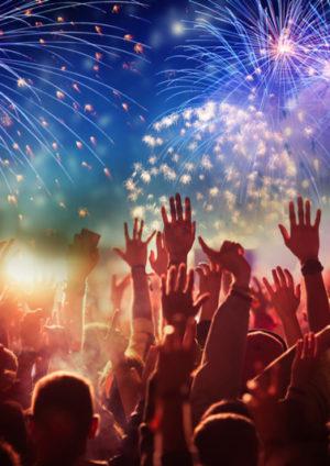 Menschenmenge, die das Silverster Feuerwerk beobachtet