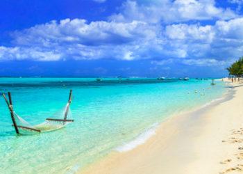 Hängematte im türkisfarbenen Meer am weißen Sandstrand auf Mauritius