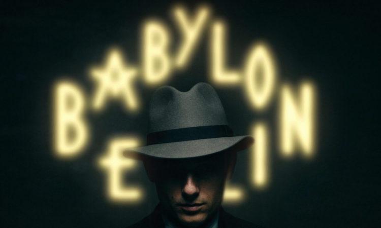 Poster der Serie Babylon Berlin mit Babylon Berlin Schriftzug im Hintergrund und ein Mann mit Hut und verdecktem Gesicht