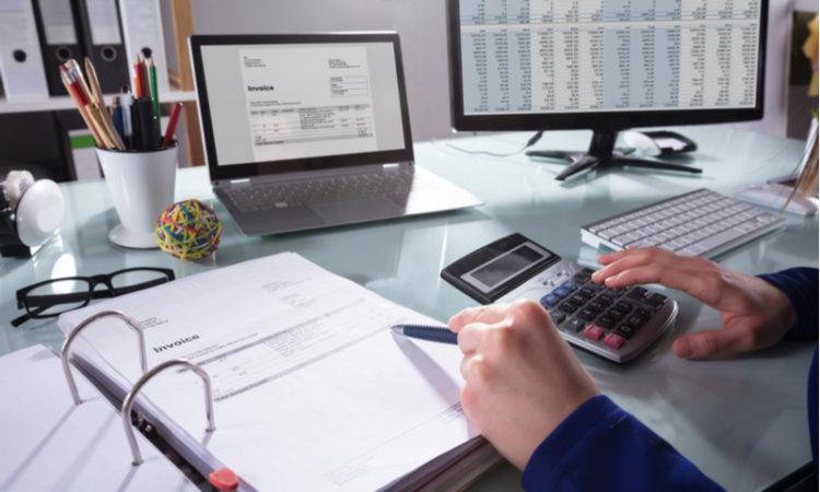 Mann mit Taschenrechner, Rechnung , Computer und Tabellen