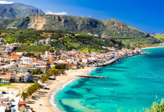 Malerisches Dorf am türkisfarbenen Meer auf Kreta, griechische Insel