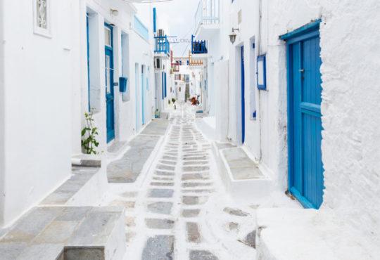 Weiße Häuser mit blauen Türen und Fenstern in Mykonos Stadt, Griechenland
