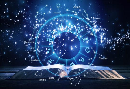 aufgeschlagenes Buch mit Sternkonstellationen und Sternzeichen