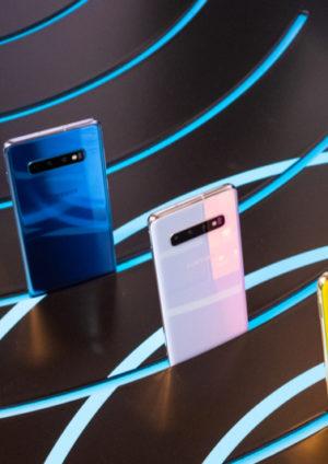 Die Handys Samsung Galaxy S10 und S10 Plus in verschiedenen Farben