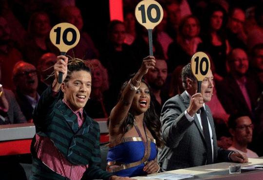 Let's Dance Jury hält Schilder mit Punktzahl 10 hoch