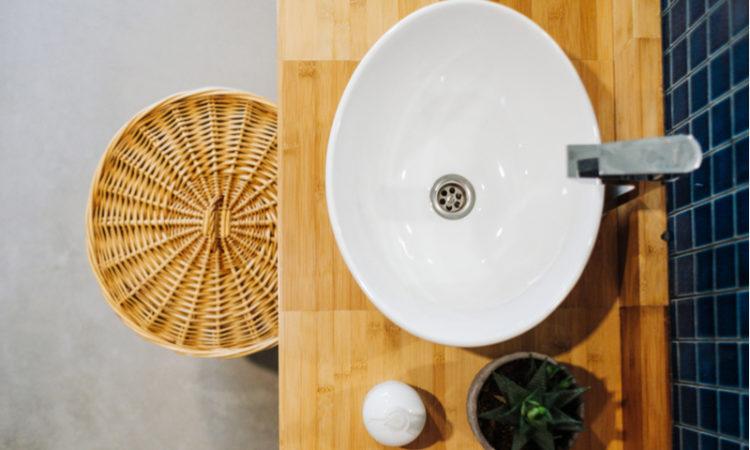 Vogelpersepktive auf ein kleines Badezimmer mit Waschbecken und Pflanzen