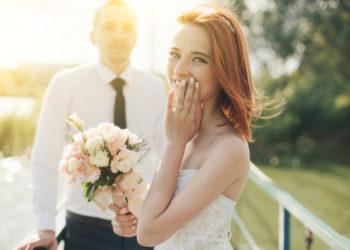Brautpaar mit gerührter Braut, die Hochzeitswünsche hört