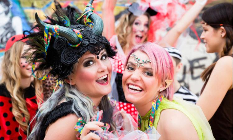 junge Frauen feiern Karneval in Kostümen