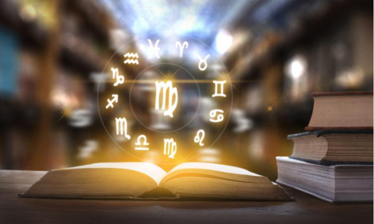 Bücher in Bibliothek mit Horoskop Tierkreiszeichen