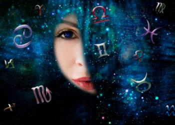 Frau guckt durch Loch und sieht Sternzeichen und Weltraum