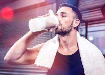 Sportler trinkt Eiweißshake zum Muskelaufbau