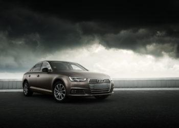 Audi vor dunklem, stimmungsvollen Hintergrund