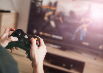 Spieler zockt am Computer mit Controler auf Google Stadia