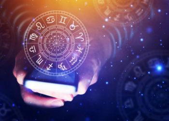 WochenhorFrau guckt Horoskop auf dem Smartphone nach