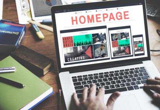 Person erstellt eigene Homepage am Laptop mit Vorlagen