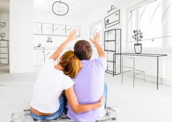 Junges Paar stellt sich neue Möbel in der gemeinsamen Wohnung vor, die es im Internet bestellt
